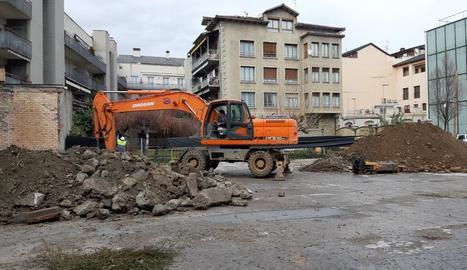 Imatge d'ahir dels primers moviments de terra per construir el nou CAP de la Seu d'Urgell.