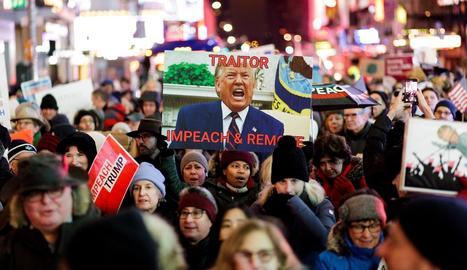 Milers de novaiorquesos van sortir al carrer dimarts per demanar que tiri endavant el judici polític contra Donald Trump.