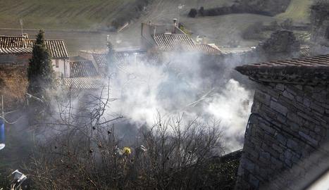 La dificultat de l'accés va obligar els Bombers a deixar els camions a 150 metres de la casa.