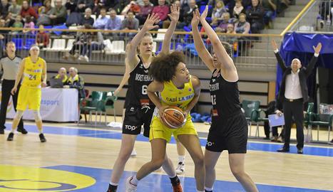 Yoyo Nogic inicia la jugada mentre Tinara Moore bloqueja la belga Sofia Ouahabi.