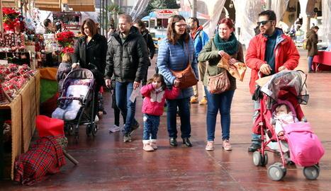 Familiar. Una família amb nens observa una de les parades al Poble Espanyol.