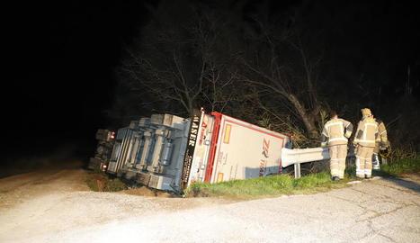 El camió de porcs que va bolcar a prop de l'N-240 a Juneda.