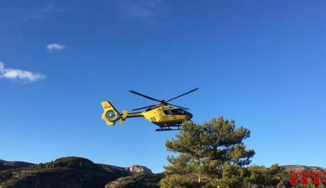 Un helicòpter d'emergència es dirigeix al lloc del succés, ahir.