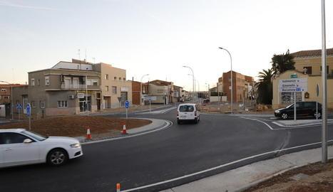 Cotxes circulant ahir per la nova rotonda d'Alcarràs i l'accés tancat al carrer Major.