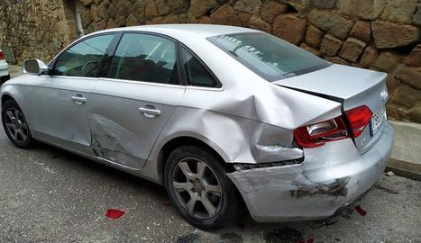 Un veí es va trobar tot el lateral del seu cotxe colpejat.