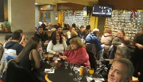 Alguns dels assistents al sopar de la Nit de Nadal del bar Nou.