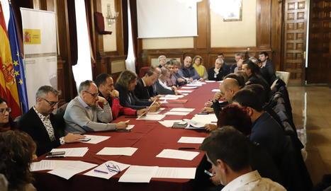 Una imatge de la reunió del subdelegat del Govern espanyol a Lleida, José Crespín, amb els representants dels ajuntaments.