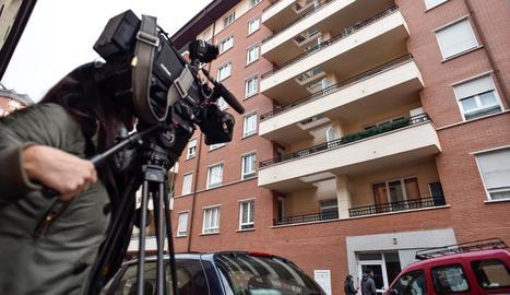 Una càmera grava l'edifici on va succeir l'assassinat.