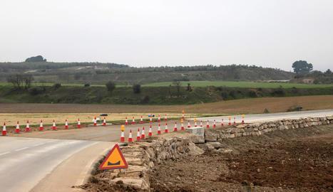 La nova plataforma a la carretera i que permetrà el pas de l'aigua en cas de noves riuades.
