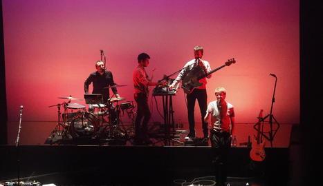 El quartet Manel, que va omplir ahir a la nit el Teatre de la Llotja, va presentar els temes del seu nou disc, 'Per la bona gent', i Mishima va omplir el Cafè del Teatre divendres.