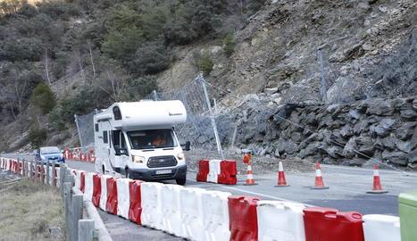 Els vehicles ja circulaven ahir pel pas provisional a la C-13 a Llavorsí després de 48 hores tallada.