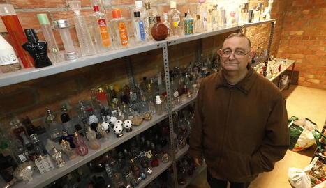 Ramon Ribé va començar a col·leccionar botelles de colònia fa gairebé 20 anys i actualment en té emmagatzemades unes 1.000.