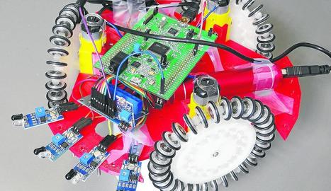 Elena Rúbies, amb el robot que ha dissenyat i fabricat a l'Escola Politècnica Superior de la UdL.