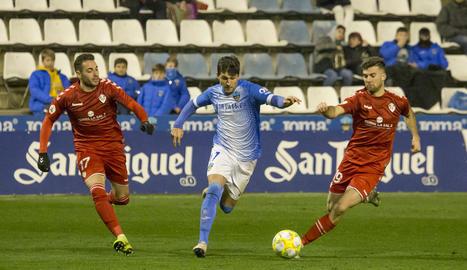Abel Molinero s'escapa de Víctor i de Calavera en una acció del partit.