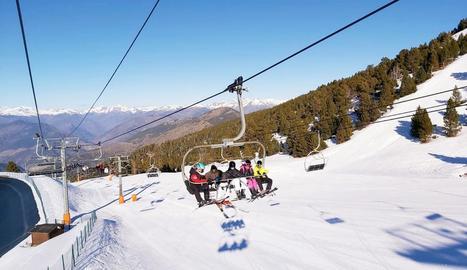 Esquiadors a les instal·lacions de Port Ainé.