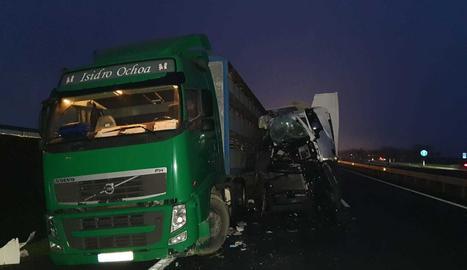 Els camions implicats en l'accident a l'A-2 aquest divendres.
