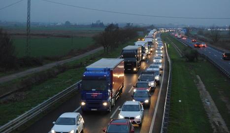 Imatge de dos dels camions implicats en un accident que es va produir a les 6.50 hores.