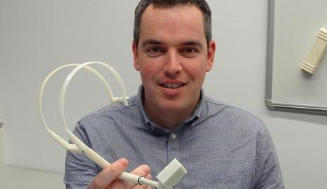 Marcel Tresanchez, sostenint el dispositiu que ha dissenyat amb Tomàs Pallejà i Jordi Palacín.