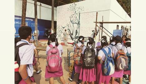 El mural es troba a l'entrada del campus tecnològic i científic de la universitat de Bombai.