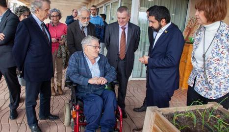 El Homrani i la resta d'autoritats van visitar les instal·lacions amb els residents com a guies.