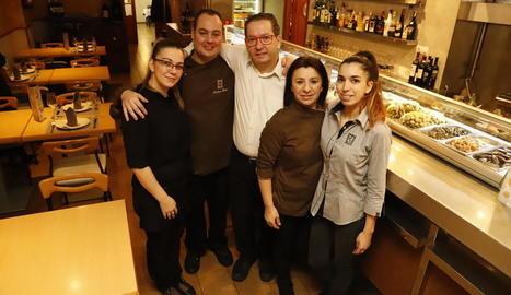 Foto de família dels treballadors del restaurant Bellera presa ahir, amb Eduard Bellera, l'actual propietari, al centre.