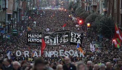 Imatge de la manifestació celebrada ahir a Bilbao a favor dels presos d'ETA.