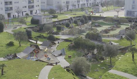 Un parc infantil s'enfonsa sobre un pàrquing subterrani