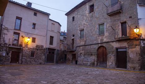 Cal Bisbe i Cal Cama es troben a la plaça Major.