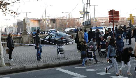 Un conductor escapat estampa el cotxe contra el mur del riu a Lleida