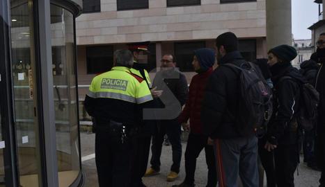 Una concentració a les portes dels jutjats per donar suport als encausats.