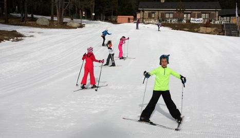 Diversos escolars practicant esquí nòrdic a l'estació d'Aransa, a Lles de Cerdanya.