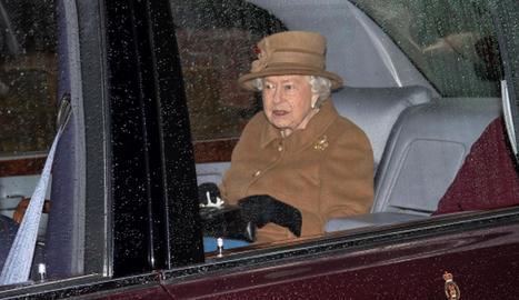La reina Isabel II, a l'arribar dissabte a la missa Sandringham.