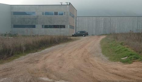 El tram d'avinguda limita amb el polígon industrial.