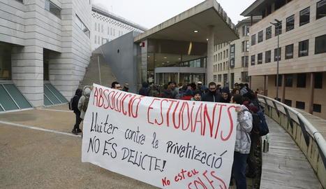 Diverses persones es van concentrar ahir al Canyeret per donar suport als joves jutjats.