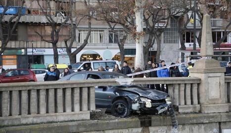 Imatge del vehicle després d'impactar contra el mur de pedra de la canalització a l'avinguda Madrid.