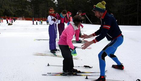 Alumnes de l'escola La Salle de la Seu d'Urgell van participar ahir en la primera sessió d'esquí a l'estació d'Aransa.