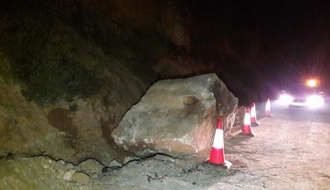Imatge de la roca que va caure ahir sobre la carretera C-233 a la Granadella, ja en un marge de la via.