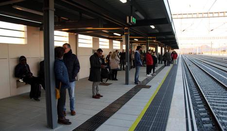 Els passatgers esperant el tren a la nova estació de Cambrils.
