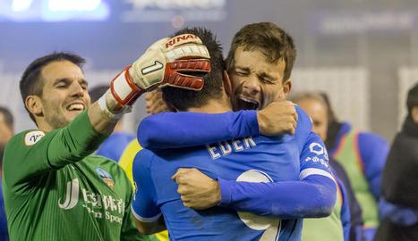 Pau Torres celebra amb els companys la victòria obtinguda diumenge amb el València-Mestalla.