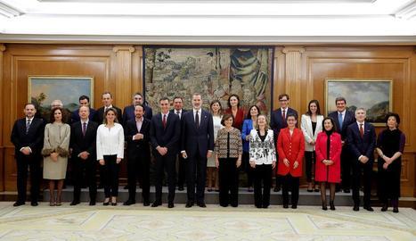 Foto de família del nou Executiu de coalició al costat del rei Felip VI al palau de La Zarzuela.