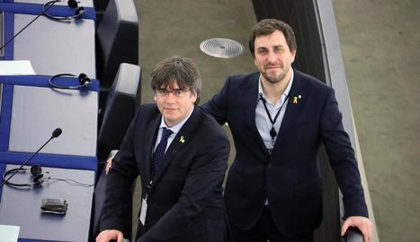 Puigdemont i Comín, ahir, als seus escons, just abans de començar el ple de l'Eurocambra.