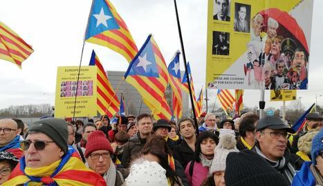 Uns 300 independentistes van acompanyar Puigdemont i Comín ahir.