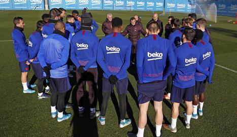 Ernesto Valverde, ahir, amb els jugadors del Barcelona en l'última sessió d'entrenament que va dirigir.