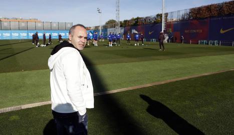 Andrés Iniesta va assistir ahir a l'entrenament del FC Barcelona.