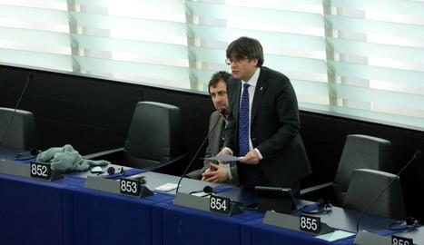 Puigdemont, al costat de Toni Comín, durant la seua primera intervenció com a eurodiputat a Estrasburg.