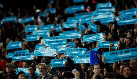 Una imatge de la protesta de Tsunami Decmocràtic a l'exterior del Camp Nou.
