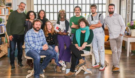 L'equip del nou programa al complet. Al centre, els presentadors, Guillem Albà i Yolanda Sey.