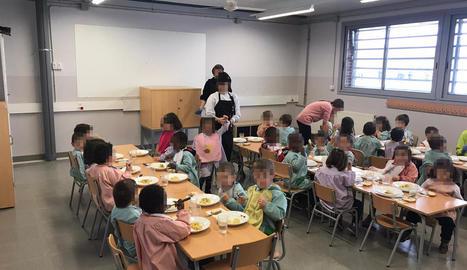 Imatge dels nens i nenes de P3 de l'escola Parc del Saladar d'Alcarràs mentre dinen en una aula.