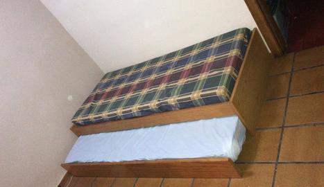 El llit doble que ha recollit Antisida Lleida en un dels pisos.