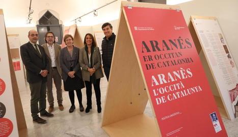 La directora de Política Lingüística, Ester Franquesa (segona per la dreta), va inaugurar ahir l'exposició.